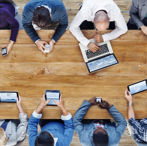 Gruppe von Personen mit verschiedenen digitalen Geräten
